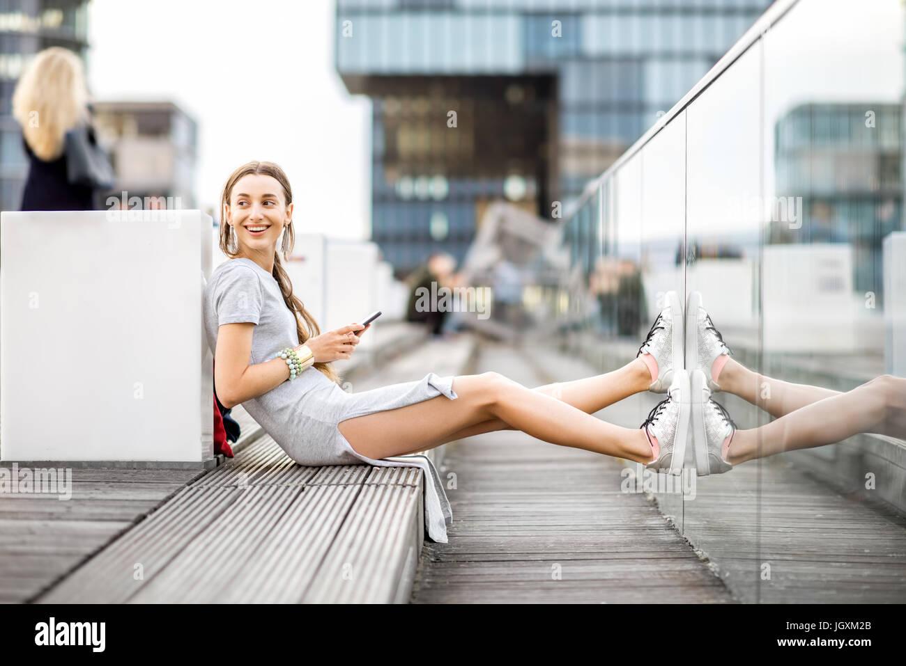 Stile di vita il ritratto di una donna d'affari all'aperto Immagini Stock