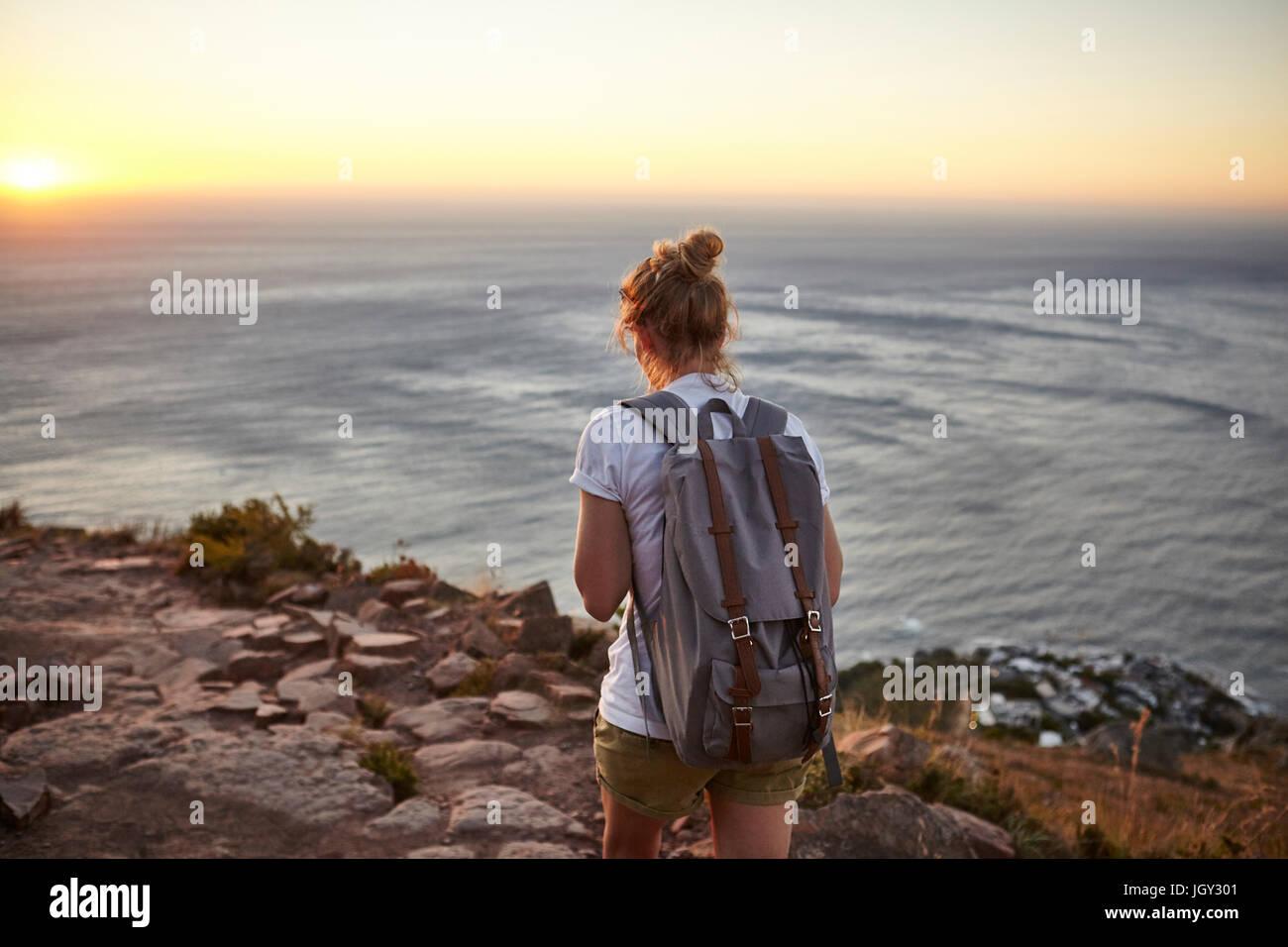 Giovane donna escursionismo, vista posteriore, Lions Head Mountain, Western Cape, Cape Town, Sud Africa Immagini Stock