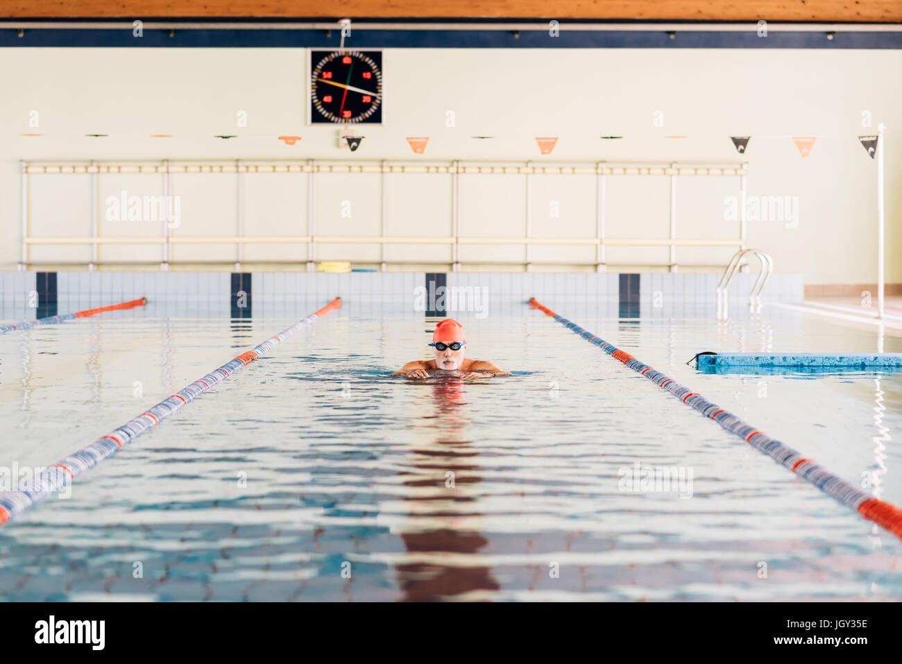 Uomo senior di nuoto in piscina Foto Stock