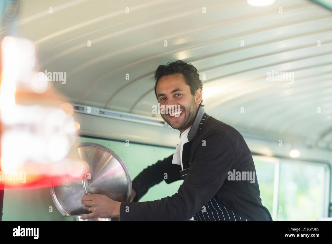 Ritratto di proprietario di piccola impresa nella preparazione degli alimenti in van stallo alimentare Immagini Stock