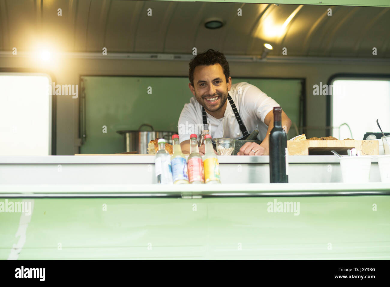 Ritratto di proprietario di piccola impresa a van cibo berlina di stallo Immagini Stock