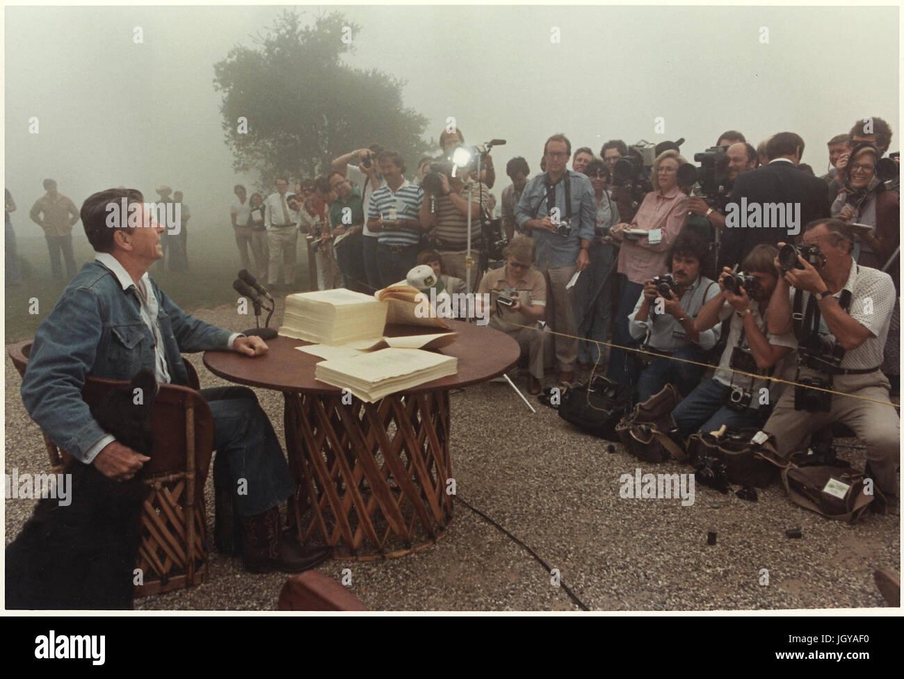 Il presidente Reagan incontro con la stampa dopo la firma della riconciliazione fiscale Bill, Rancho del cielo Immagini Stock
