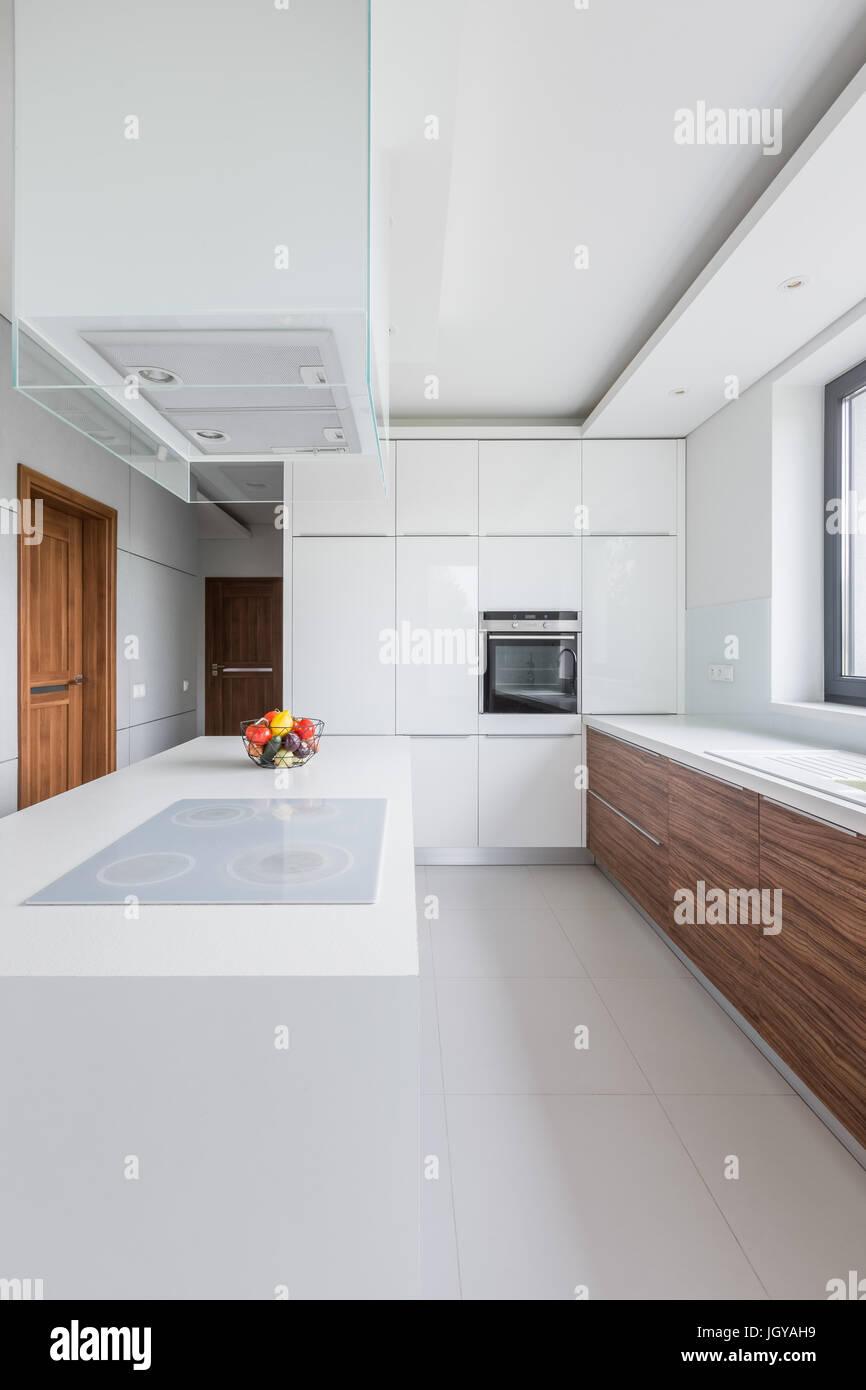 Bella, bianco cucina con isola, il ripiano del bancone e armadi in ...