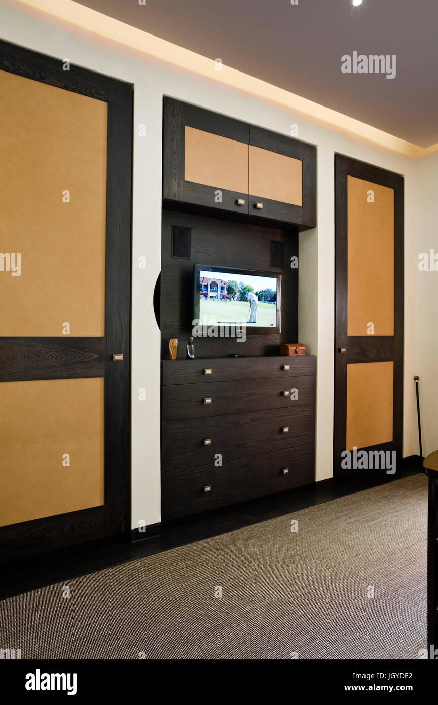 Una televisione a schermo piatto sopra i cassetti Immagini Stock