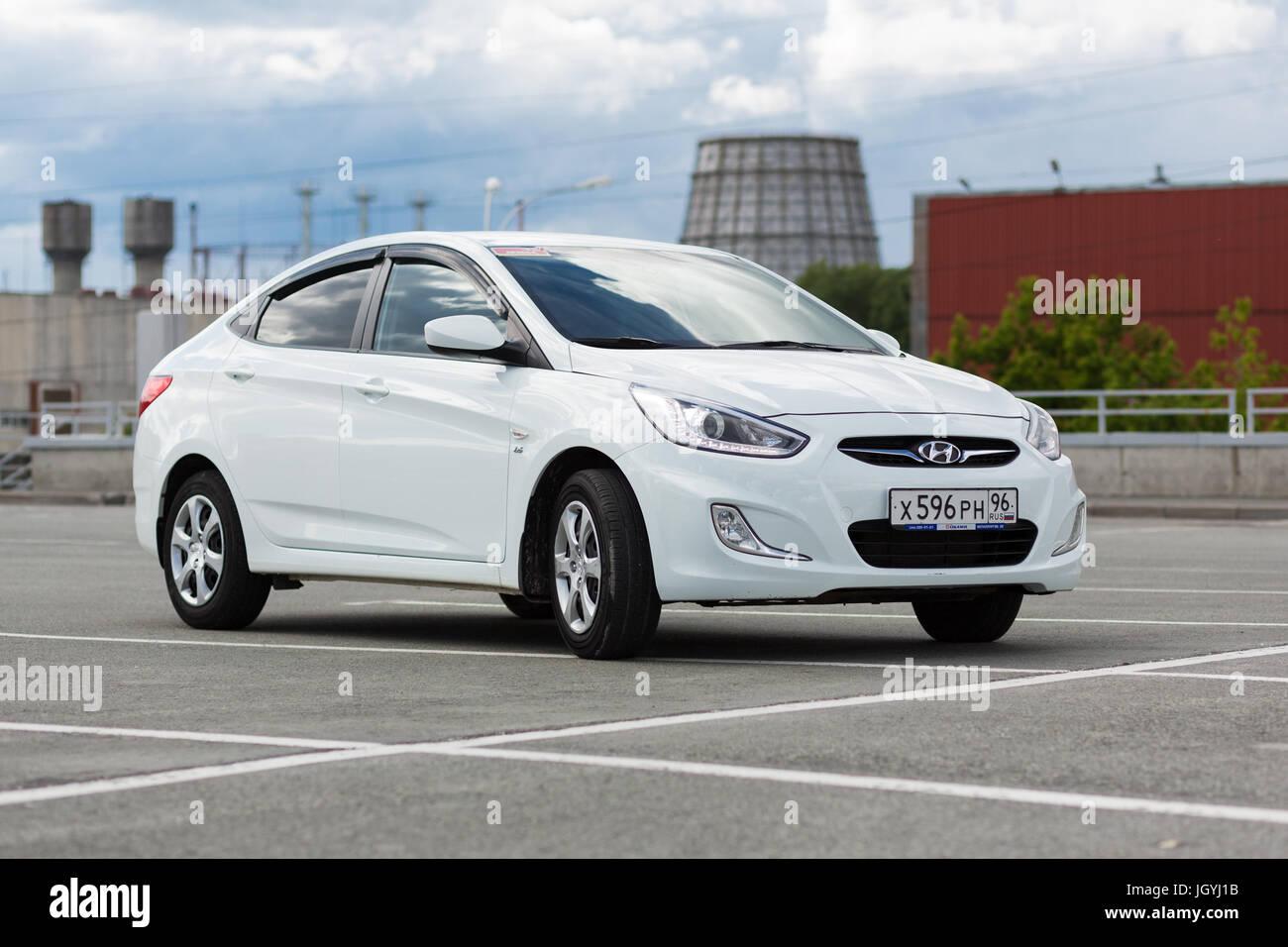 Ekaterinburg, Russia, luglio 03, 2017 - Hyundai Auto solaris (accento) in un parcheggio del centro commerciale in Immagini Stock
