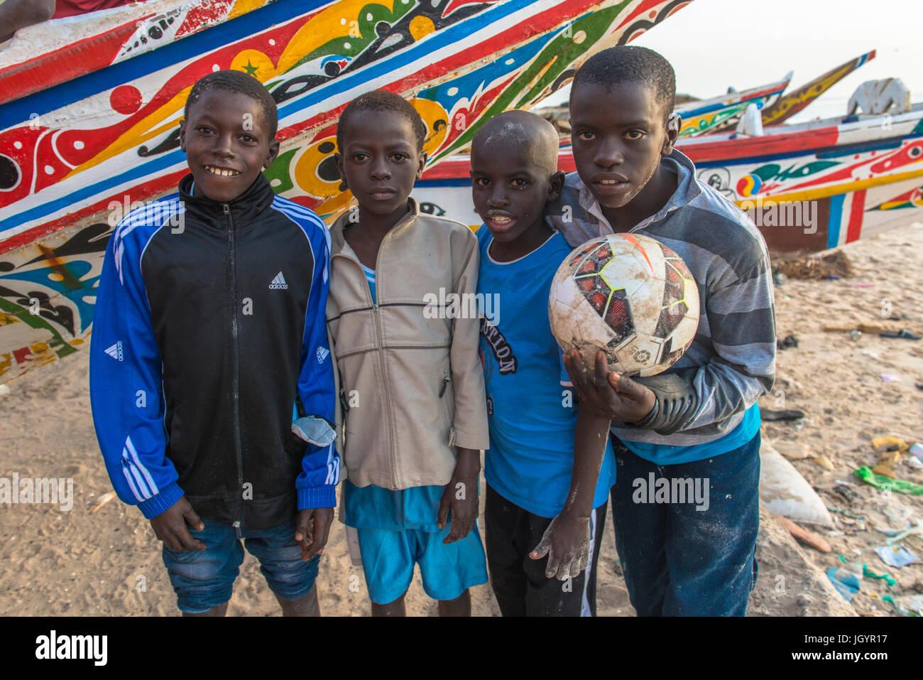 Saint Louis ragazzi con una palla. Il Senegal. Immagini Stock