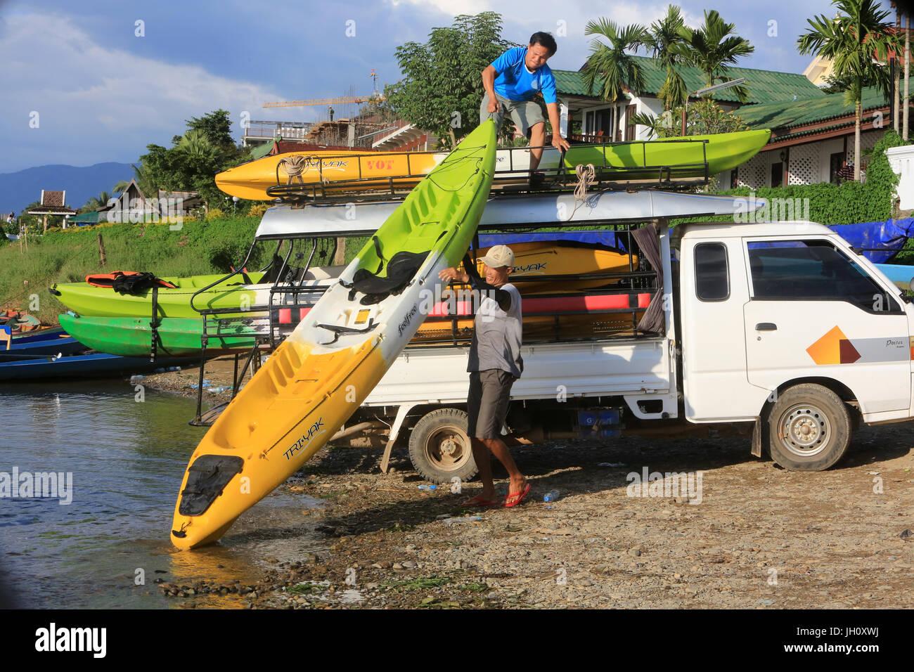 Canoa carichi su un furgone. Laos. Immagini Stock