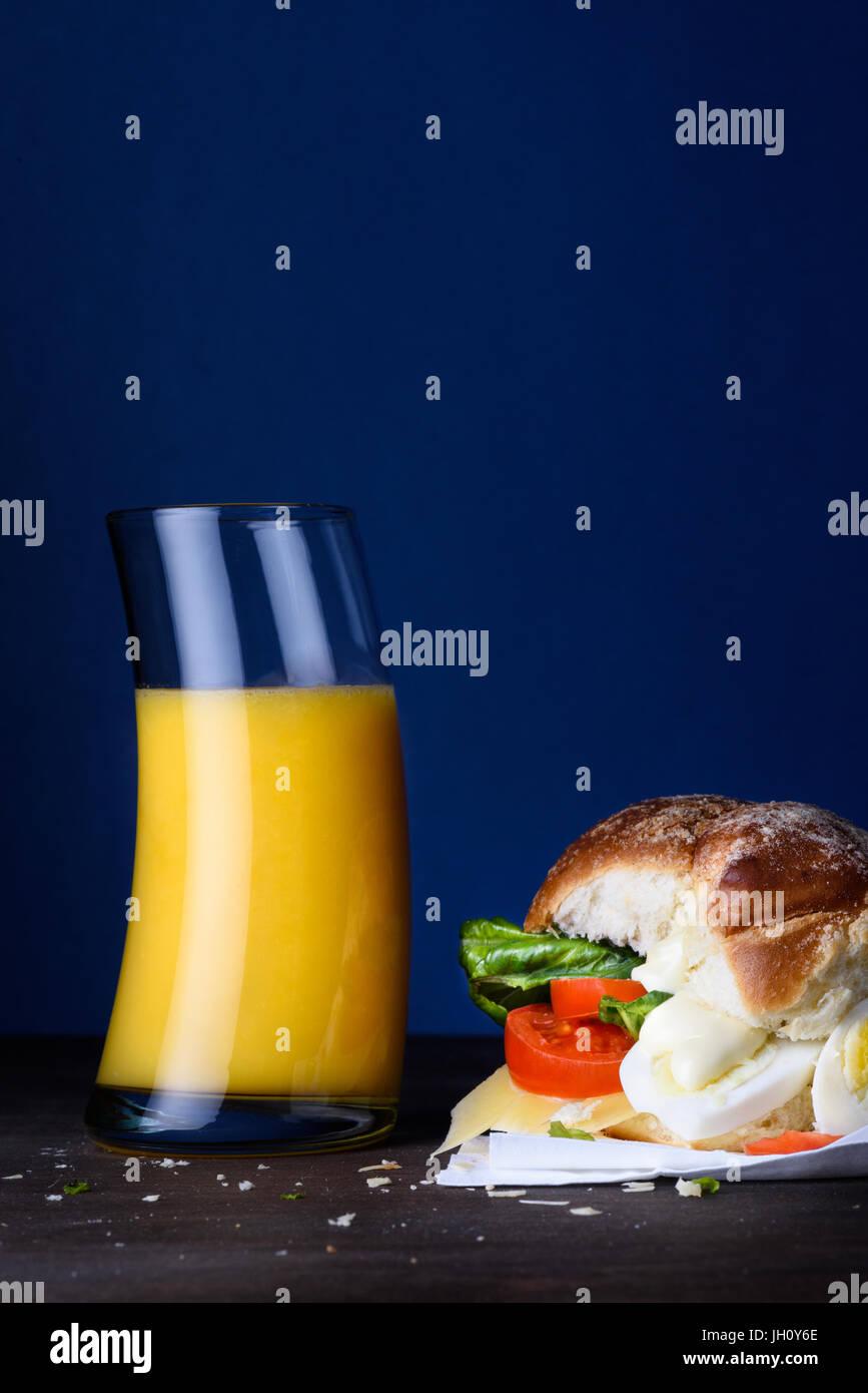 La prima colazione a sandwich di uovo con il succo di arancia. Snack ...