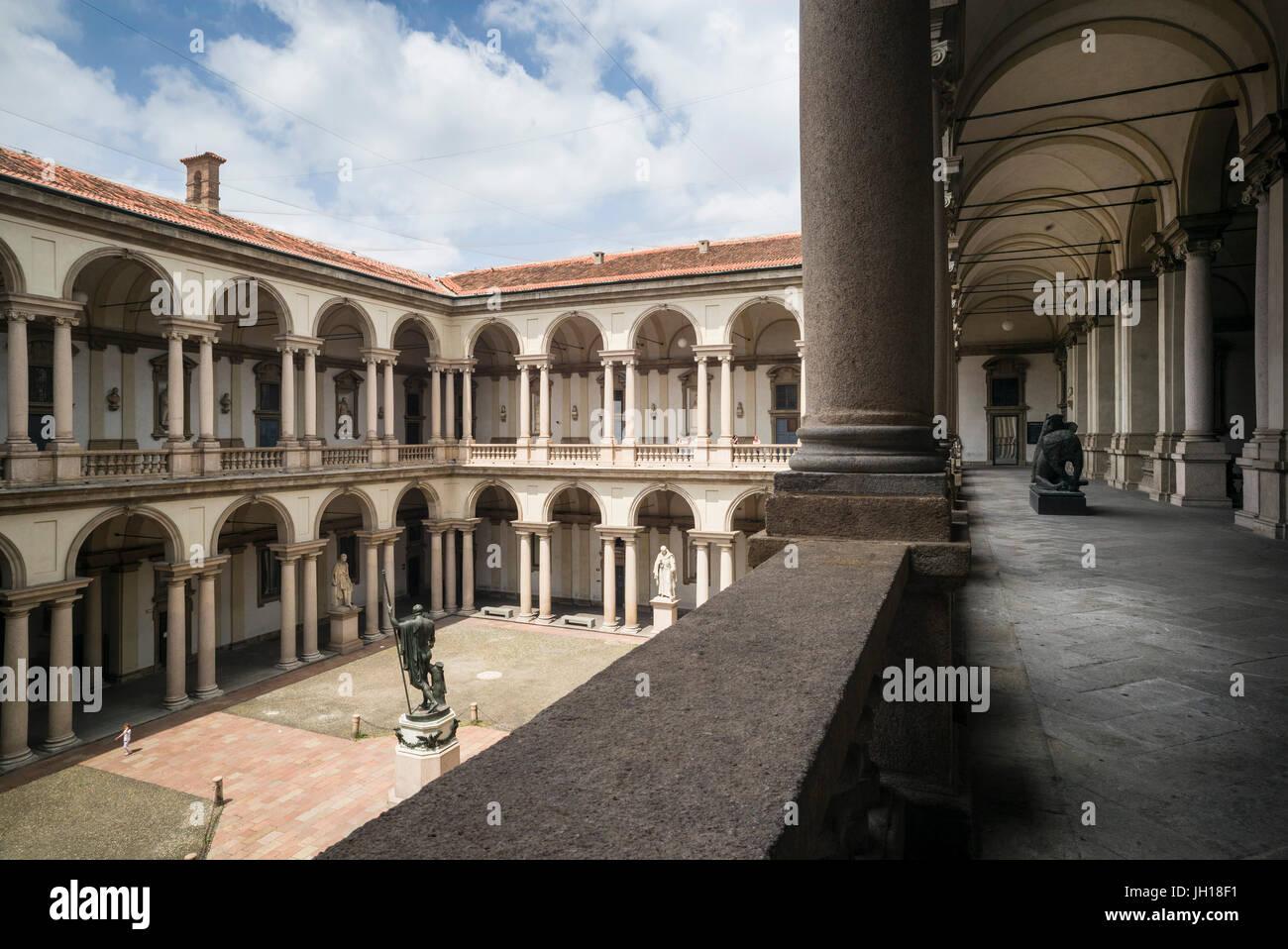 Milano. L'Italia. Cortile del Palazzo di Brera, home la Pinacoteca di Brera, Accademia di Belle Arti e la Biblioteca Immagini Stock