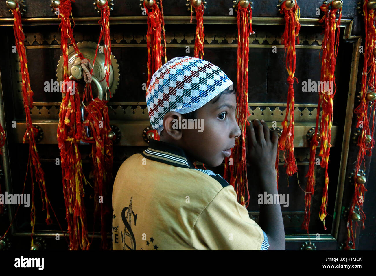 Ajmer dargah Sharif, Rajasthan. Giovani musulmani pregano in sandali gate. India. Immagini Stock