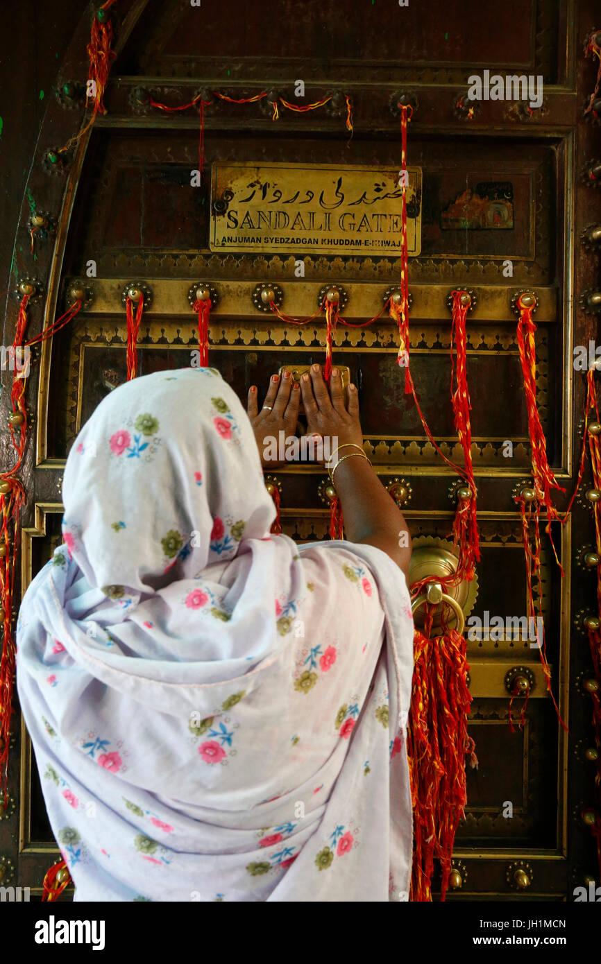 Ajmer dargah Sharif, Rajasthan. Toccare Donna Sandali santuario gate porta. India. Immagini Stock