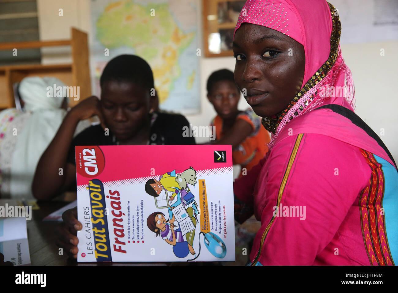 Scuola africana sponsorizzata dalla ong francese : la Chaine de l'Espoir. La libreria. Lomé. Il Togo. Foto Stock