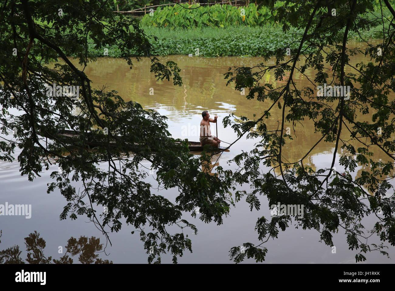 Vogatore sul fiume Ping a Chiang Mai. Thailandia. Immagini Stock