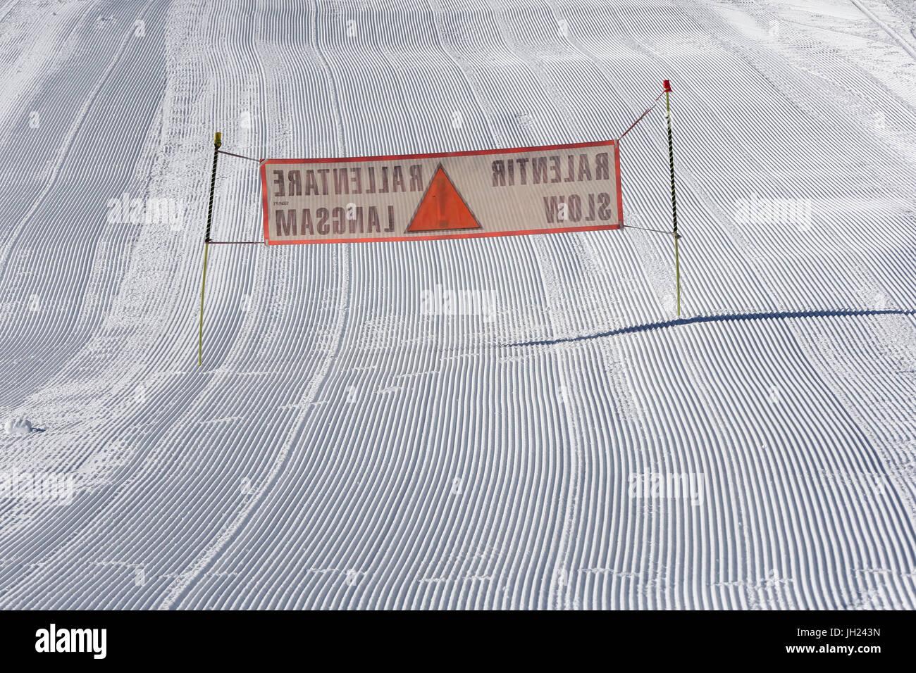 Sulle Alpi francesi. Gli sciatori segno lento. Curate Piste da sci. La Francia. Immagini Stock