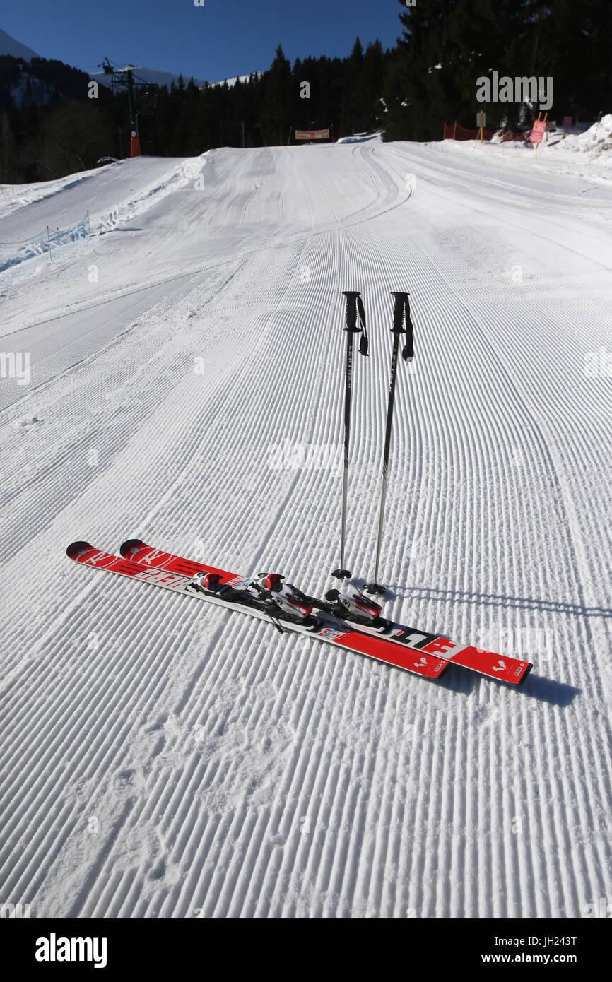 Sulle Alpi francesi. Sci e poli bloccato nella neve. Curate Piste da sci. La Francia. Immagini Stock