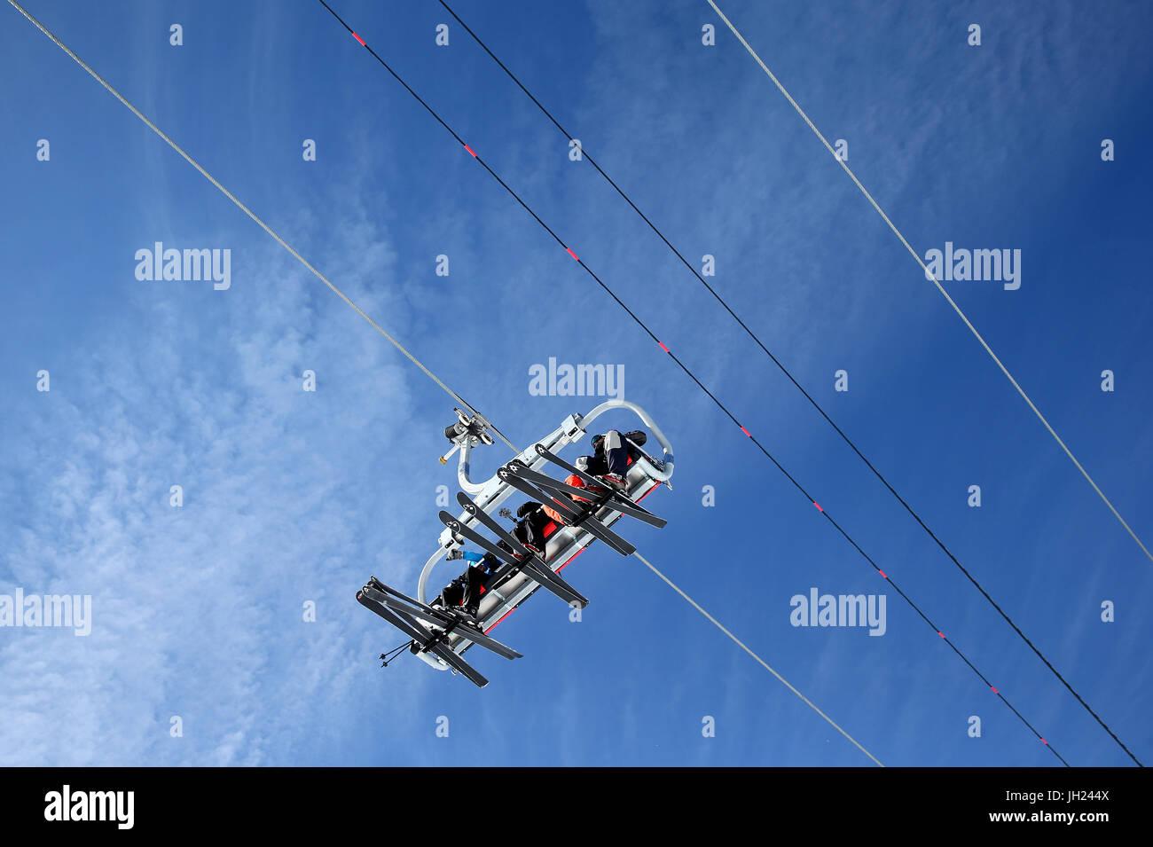 Sulle Alpi francesi. Ski lift visto da sotto. La Francia. Immagini Stock