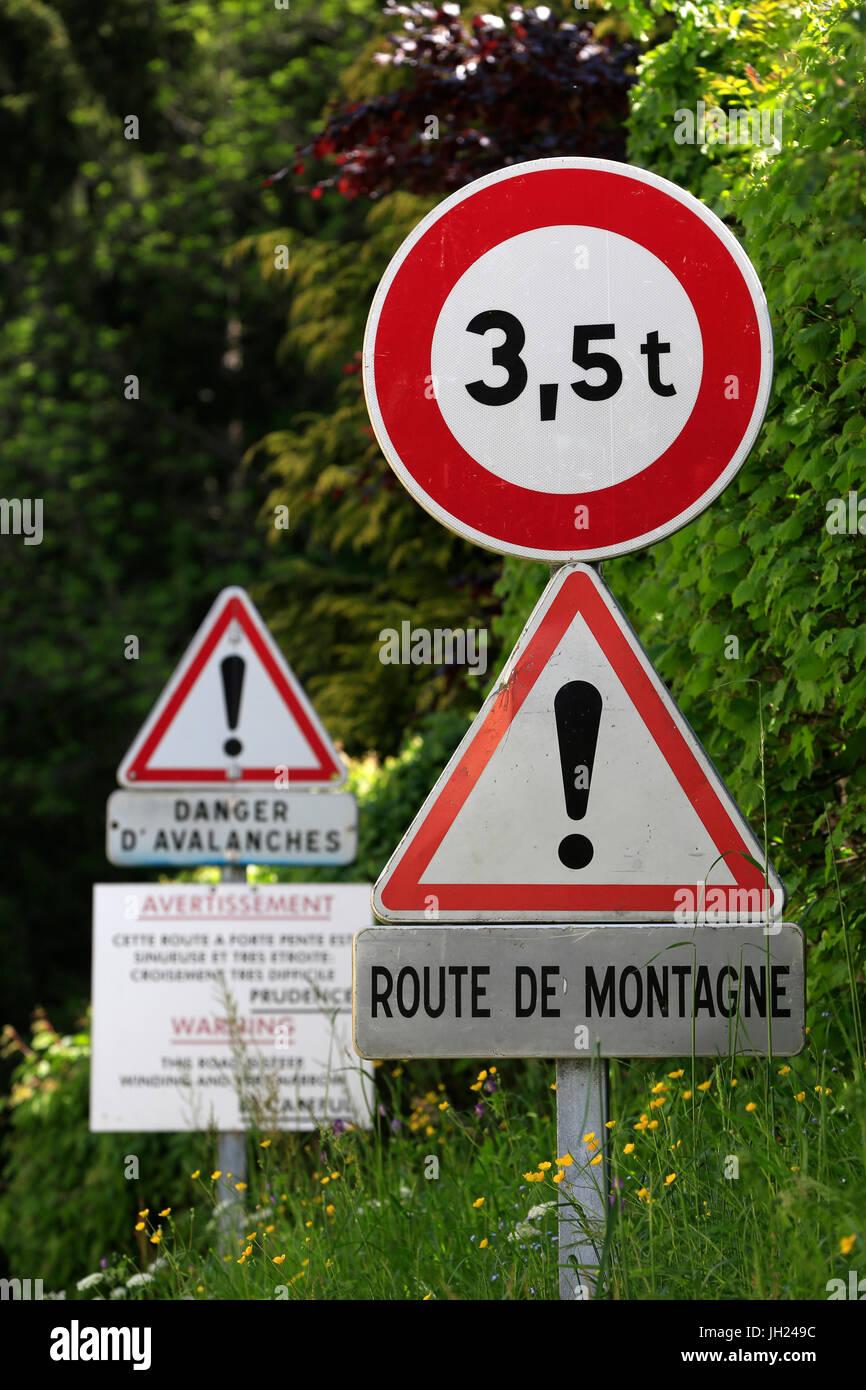 Sulle Alpi francesi. Bionnassay. Pericolose su strada di montagna. La Francia. Immagini Stock