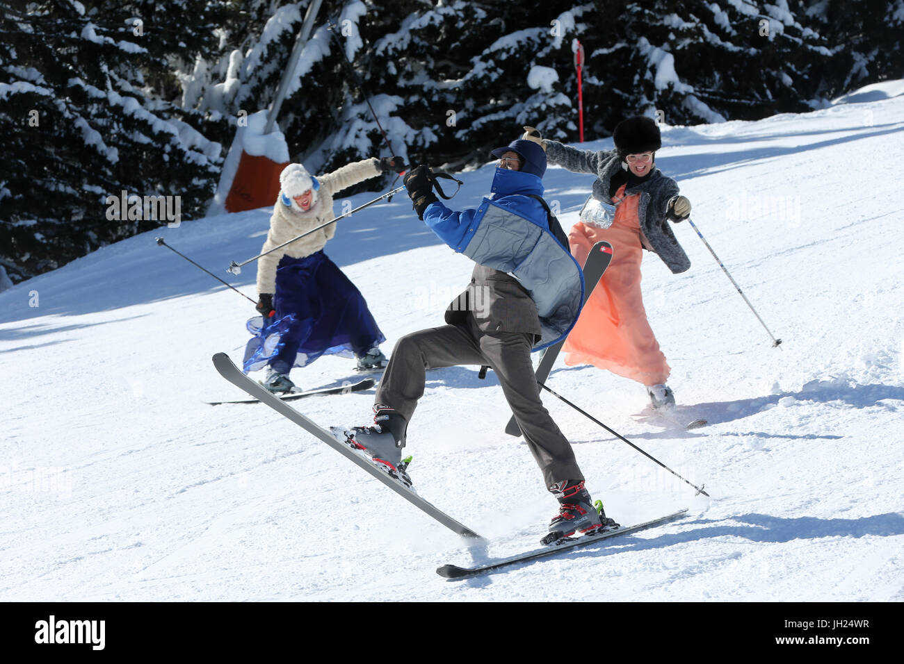 Animateurs skiant sur une piste des Alpes. La Francia. Immagini Stock