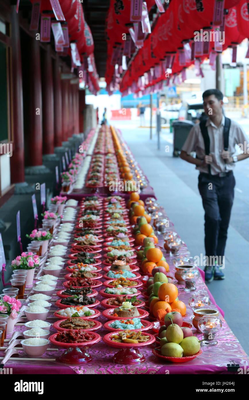 Dente del Buddha reliquia tempio in Chinatown. Cerimonia Ullambana. Il cibo è offerto agli antenati durante l'annuale Festival di Ghost. Singapore. Foto Stock