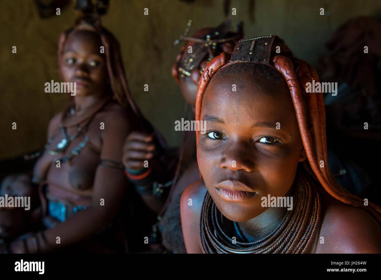 Gentile le donne himba nel loro rifugio, Kaokoland, Namibia, Africa Immagini Stock