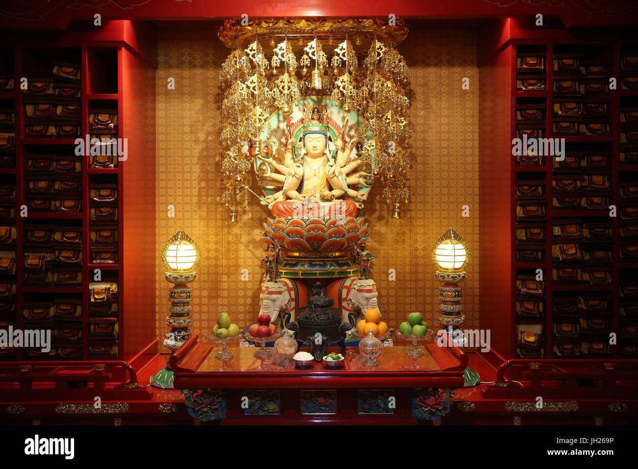 Dente del Buddha reliquia tempio in Chinatown. Longevità Bodhisattva Samantabhadra statua. Singapore. Immagini Stock