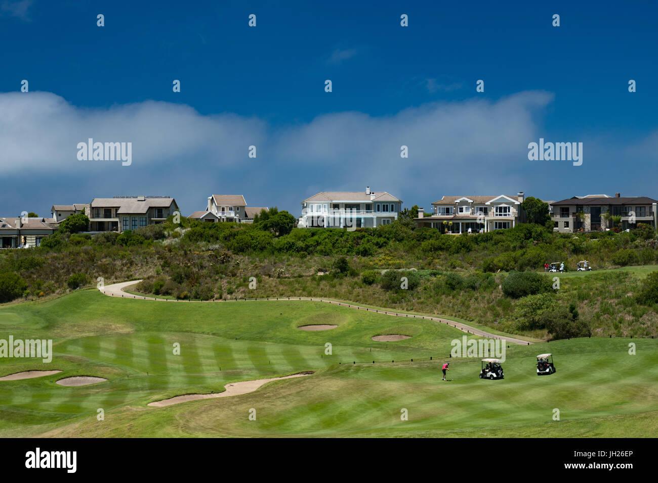 Il mezzogiorno golf essendo giocato al Pezula Campo da Golf, Kynsna, Sud Africa e Africa Immagini Stock