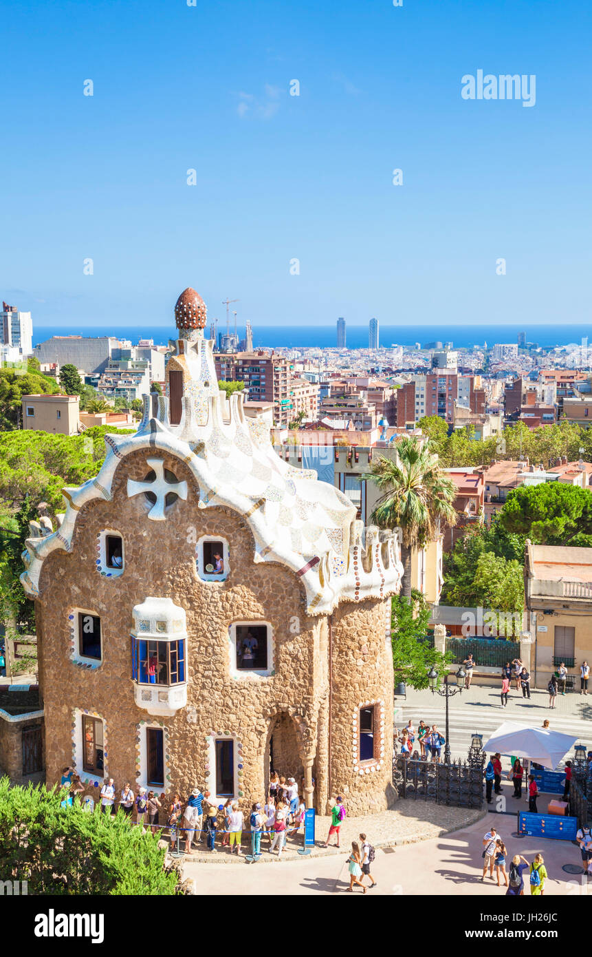 Casa del Guarda lodge di Antoni Gaudi presso il Parc Güell, UNESCO, con una vista sullo skyline della città di Barcellona, Foto Stock