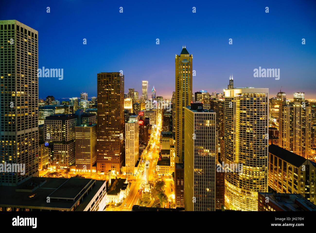 Skyline della città di notte, Chicago, Illinois, Stati Uniti d'America, America del Nord Immagini Stock