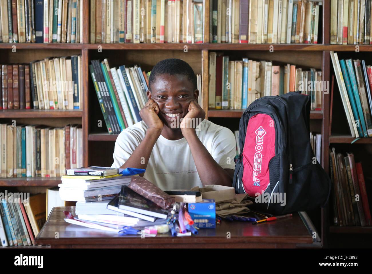 Scuola africana. Ragazzo sponsorizzato da ong francese : la Chaine de l'Espoir. Lomé. Il Togo. Foto Stock