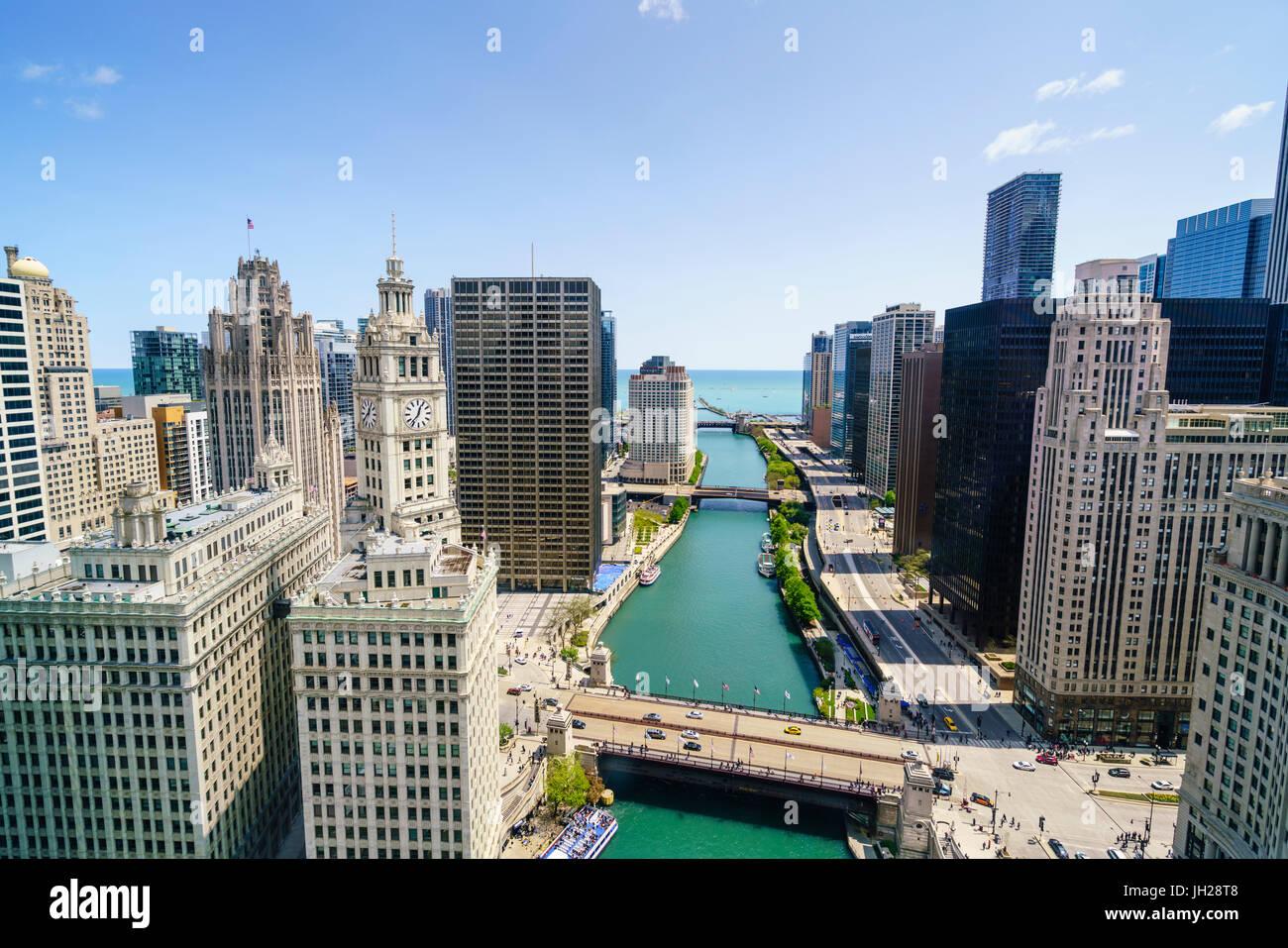 Torri lungo il fiume Chicago verso il lago Michigan, Chicago, Illinois, Stati Uniti d'America, America del Nord Immagini Stock