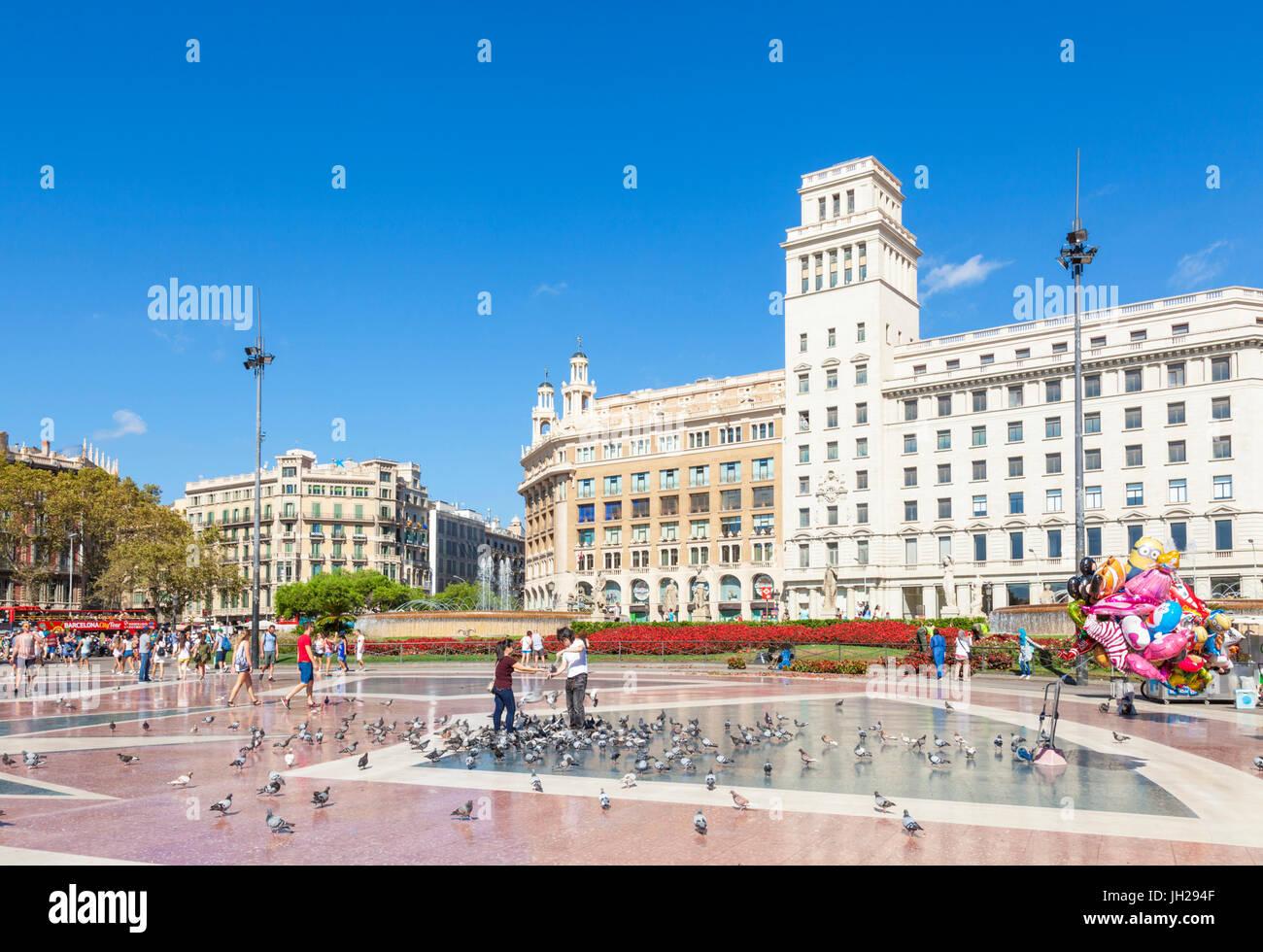 Plaça de Catalunya, una grande piazza nel centro della città di Barcellona e della Catalogna (Catalunya), Immagini Stock