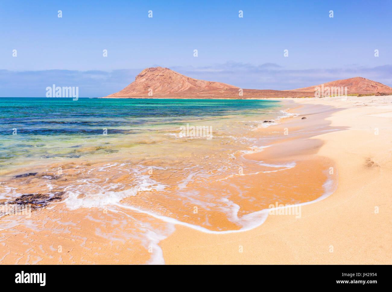 Vuoto spiaggia sabbiosa e baia vicino a Monte Leao mountain (Sleeping Lion montagna), Isola di Sal, Capo Verde, Immagini Stock