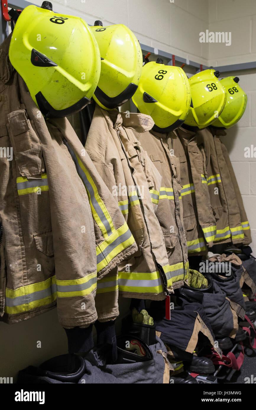 Vigili del fuoco indumenti protettivi e caschi ordinatamente disposte per tempi di risposta rapidi Immagini Stock