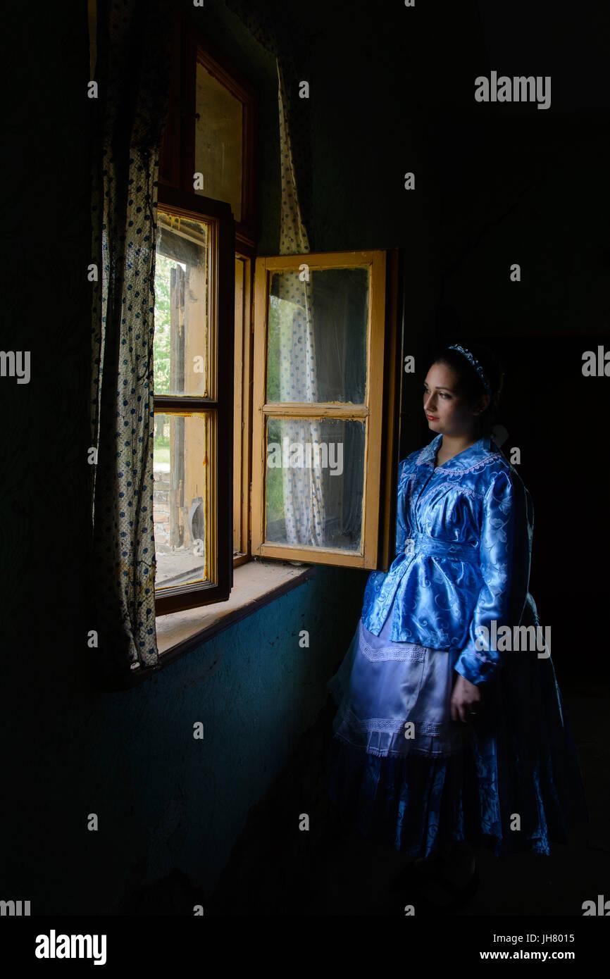 Una ragazza vestita di un tradizionale Paulician abbigliamento in una vecchia casa. Paulicians sono la minoranza Immagini Stock