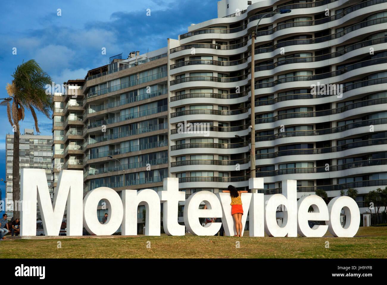 Montevideo scritto in lettere gigante presso la città orientale di accedere, Montevideo, Uruguay Immagini Stock