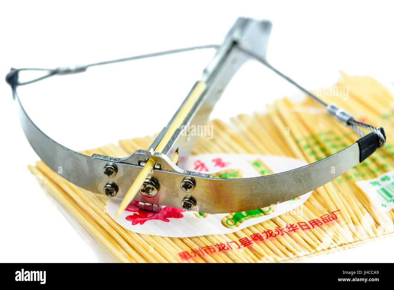Stuzzicadenti catapulta, un acciaio pericolose 'giocattolo' dalla Cina che gli incendi stuzzicadenti con Immagini Stock