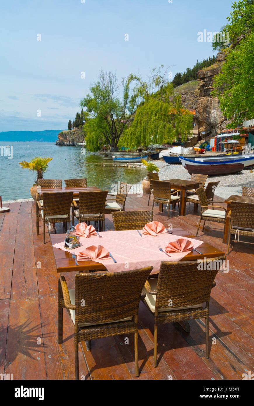 Ristorante Potpes, terrazza sul lago dalla spiaggia, Ohrid Macedonia ...