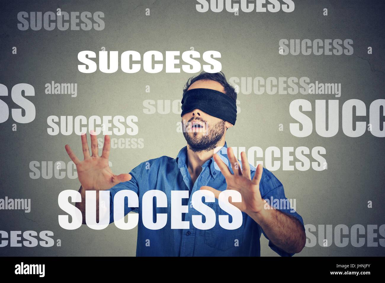 Gli occhi bendati business man in cerca di successo Immagini Stock