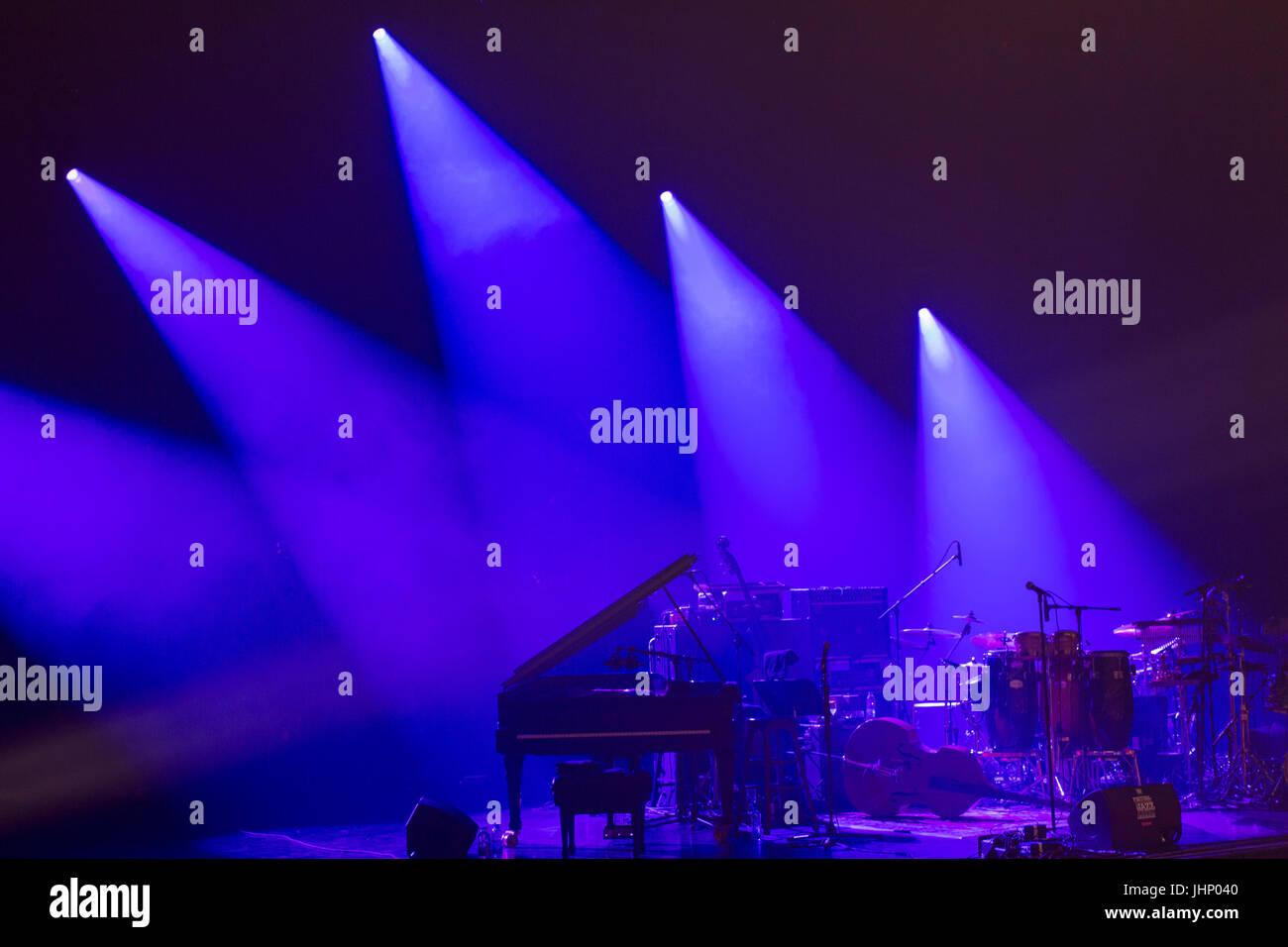 Strumenti musicali su un palco con una suggestiva illuminazione