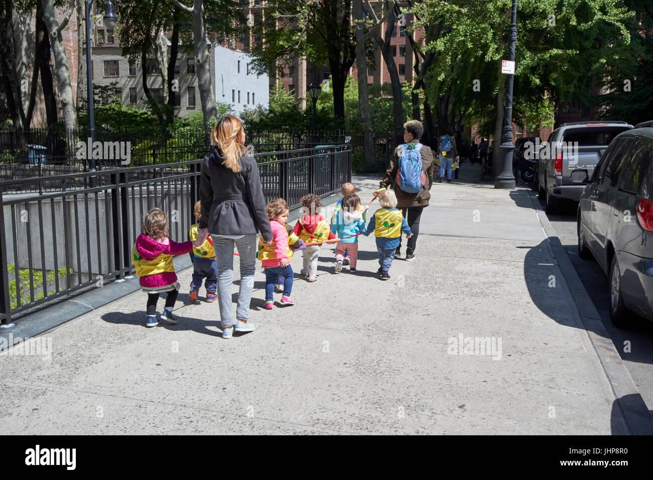 Le donne a piedi i bambini in età prescolare su corda a piedi tudor city new york stati uniti d'America Immagini Stock