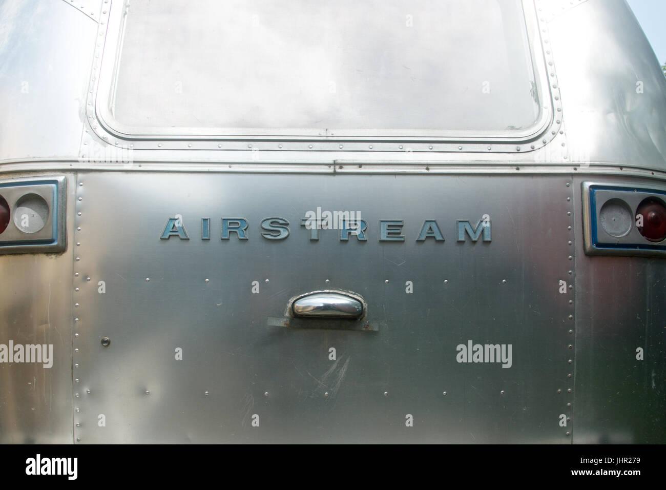 Girato a tenuta del vecchio logo Airstream. Immagini Stock