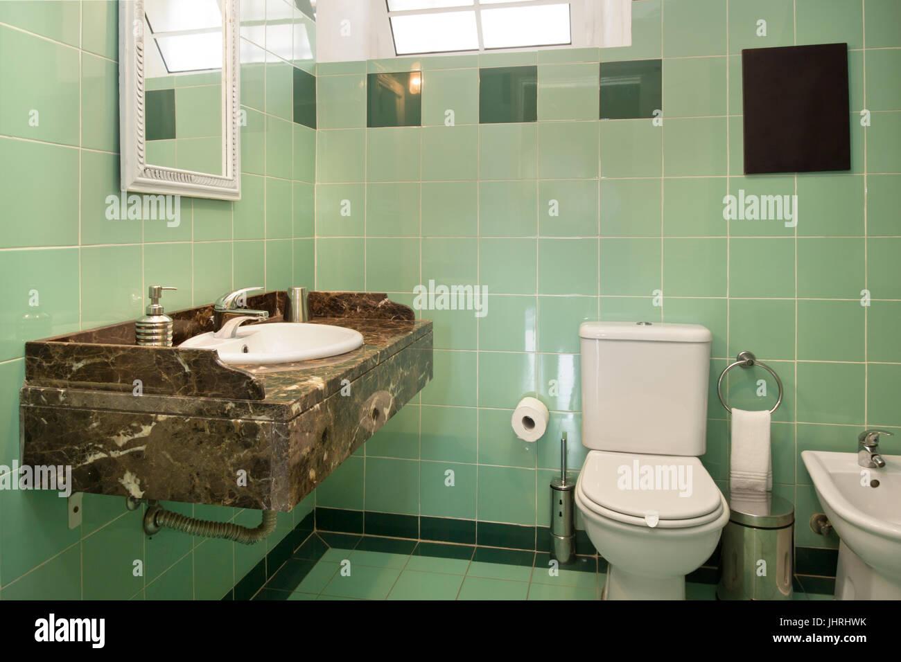 Pulito e luminoso bagno con piastrelle verdi foto immagine stock