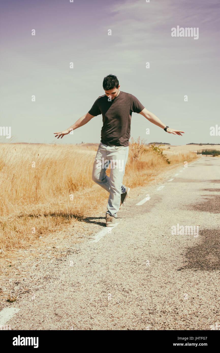 Giovane uomo a piedi una vecchia strada Immagini Stock