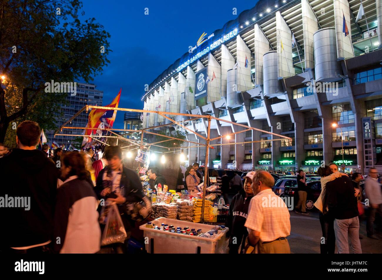 Street vending intorno al Santiago Bernabeu Stadium prima della vera e propria Madrid-barcellona partita di calcio. Immagini Stock