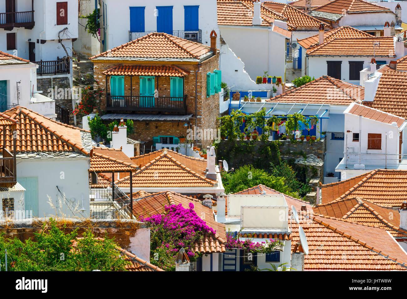 Case bianche con tetti rossi nella città di Skopelos, Grecia. Foto Stock