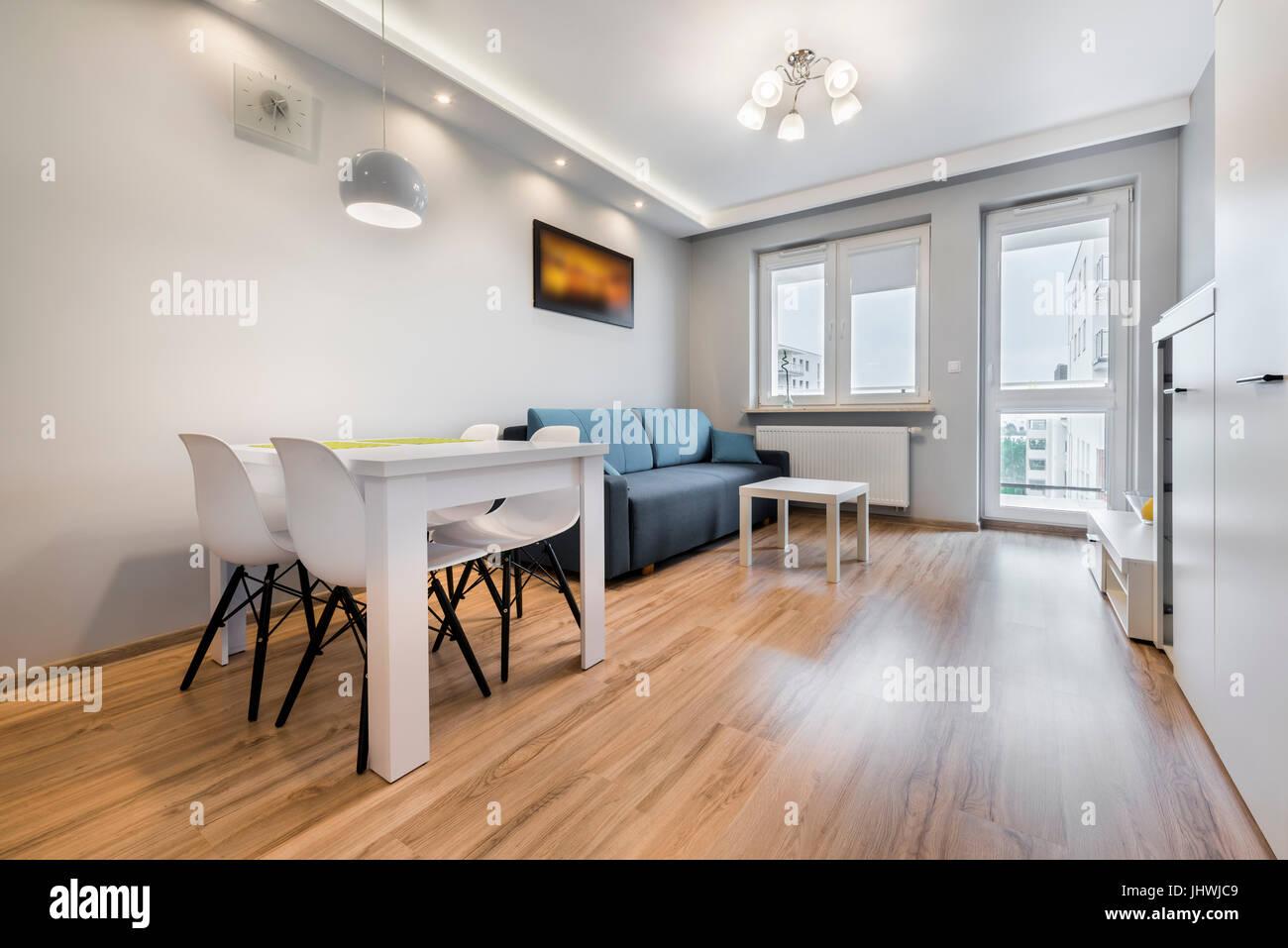 Soggiorno moderno con pareti di colore grigio e blu divano Foto ...