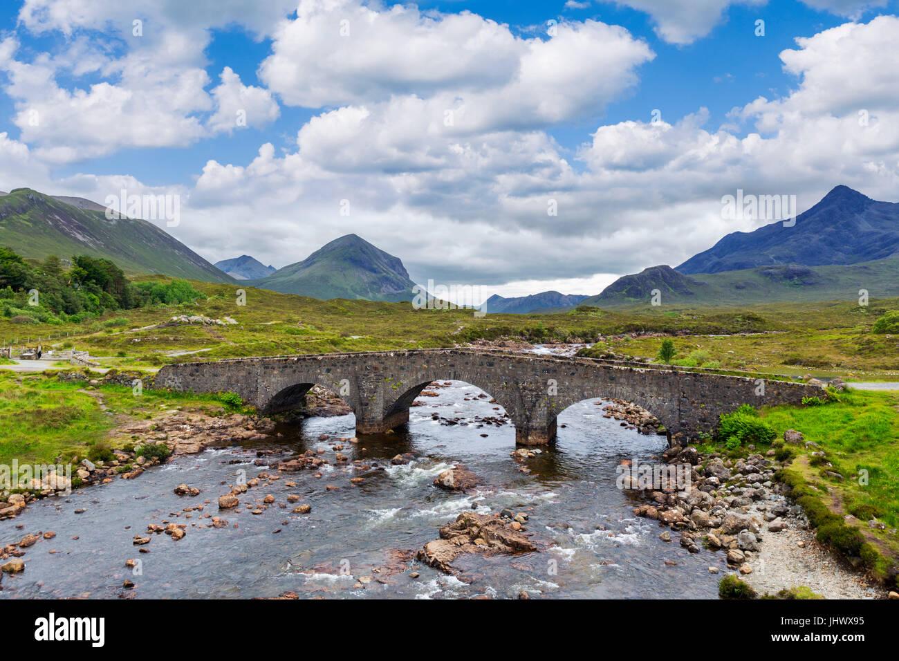 Sligachan Ponte Vecchio che guarda verso la montagna Cuillin Range, Isola di Skye, Highland, Scotland, Regno Unito Immagini Stock