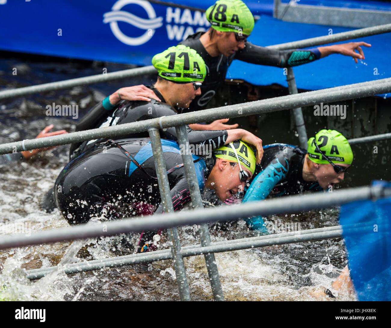 Amburgo, Germania. 16 Luglio, 2017. Le donne triatleti lascia l'acqua durante il team misti evento presso l'ITU Immagini Stock