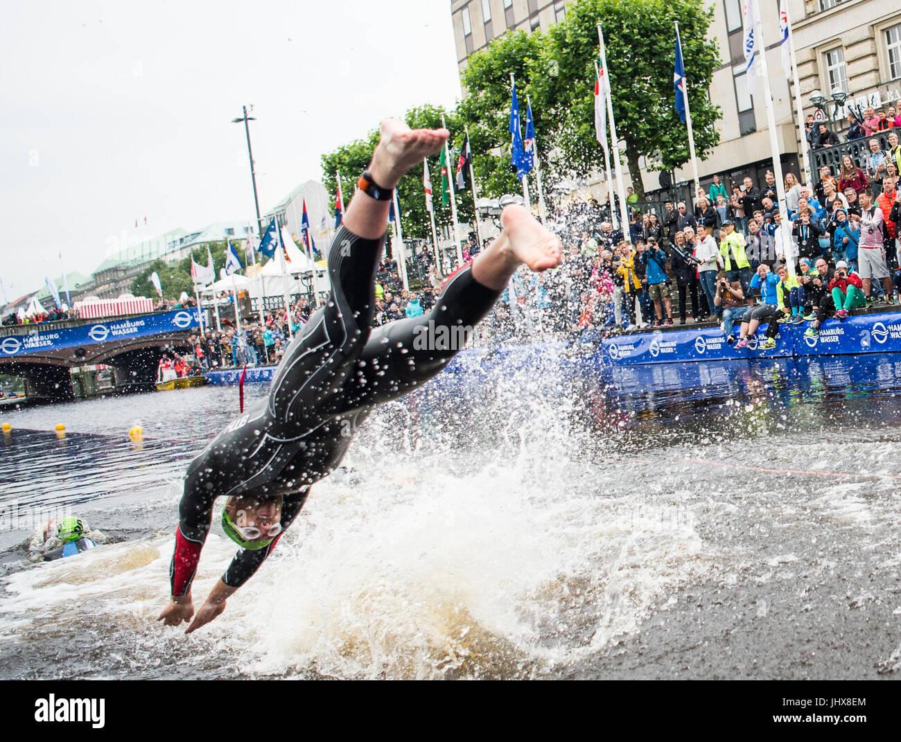 Amburgo, Germania. 16 Luglio, 2017. Gordon Benson della Gran Bretagna tuffi in acqua durante il team misti evento Immagini Stock