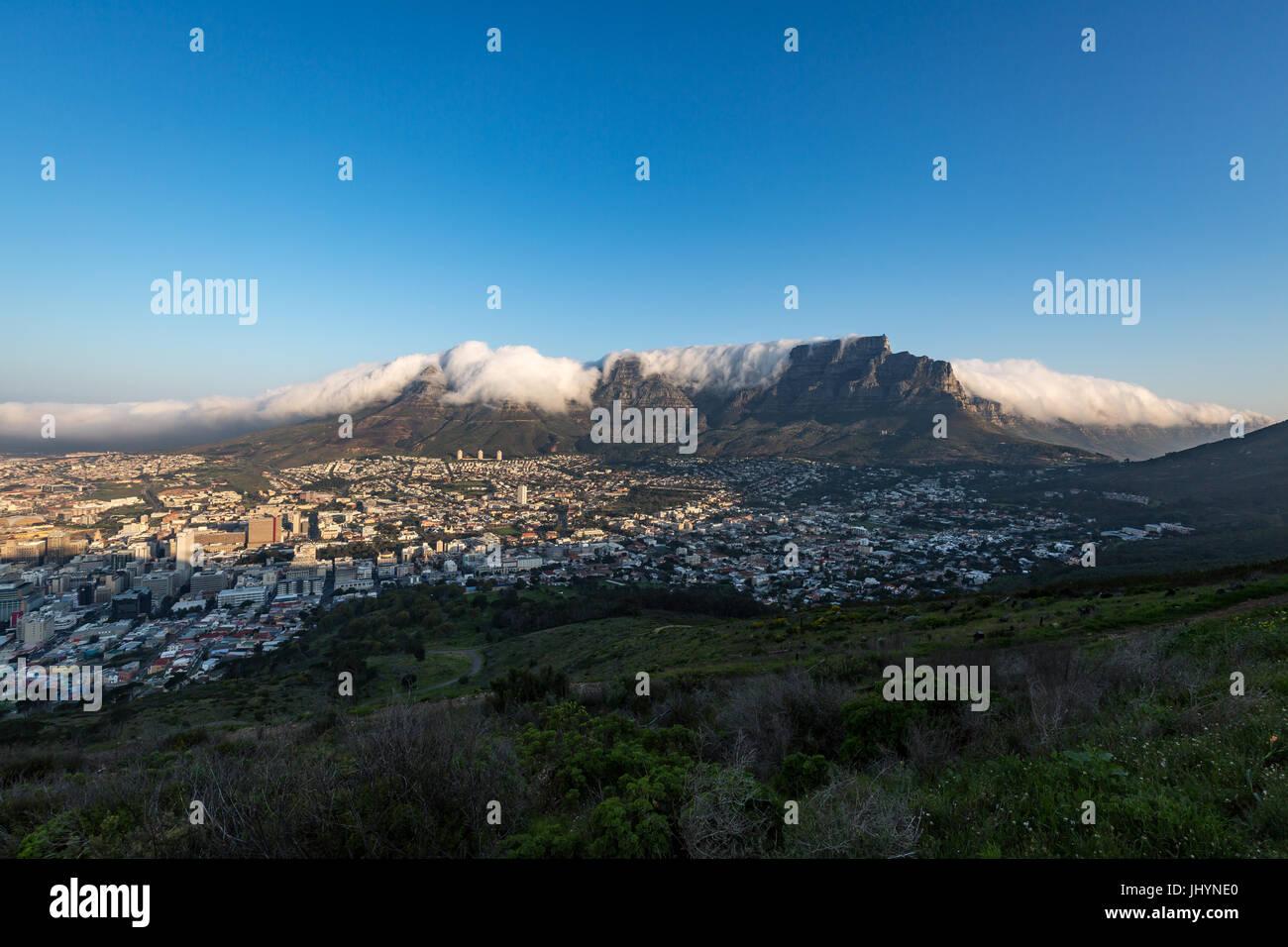Table Mountain ricoperto di una tovaglia di nubi orografiche, Cape Town, Sud Africa e Africa Immagini Stock